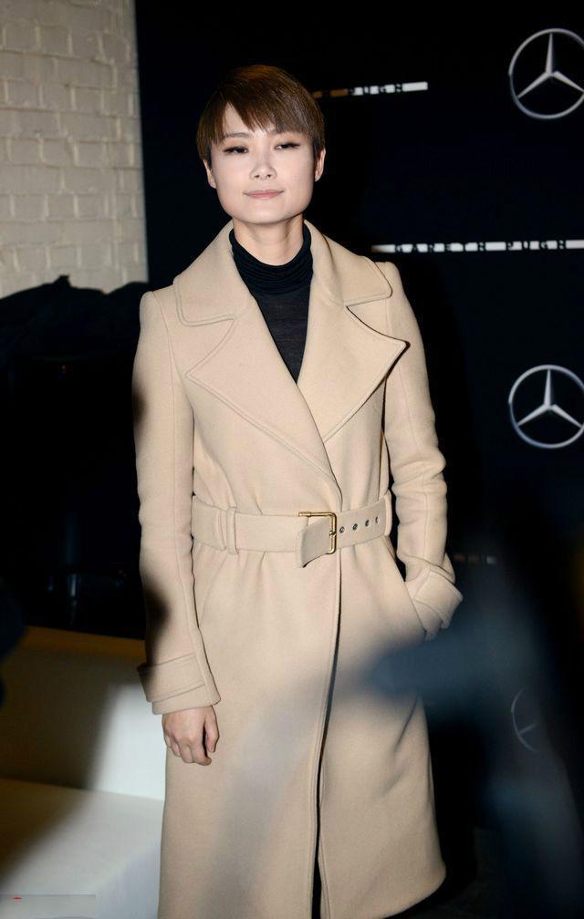 米色短款风衣搭配图片_米色风衣谁都没有李宇春大牌,刘雯都只能是配角!