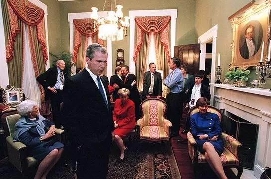 布什一家人正在观看现场直播