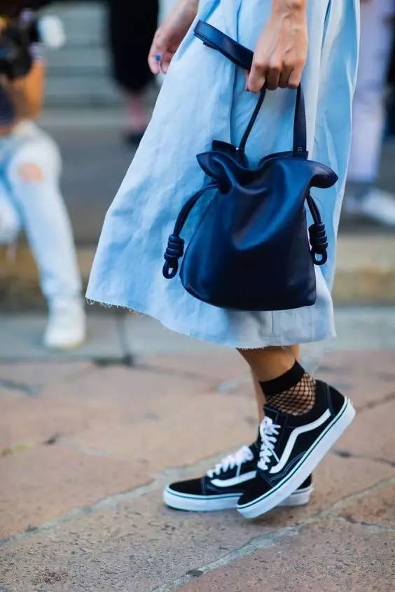 周冬雨的白袜子,迪丽热巴的渔网袜.美的辣眼睛!