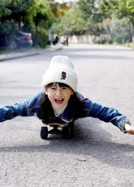 田亮女儿好漂亮_森碟帅气玩滑板,竟被网友发现腿部肌肉好发达!