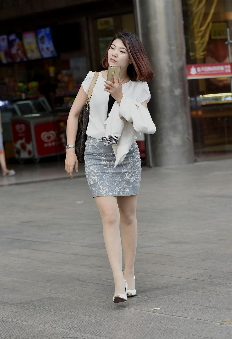 白色高跟鞋肉色丝袜_白色高跟凉鞋美女街拍____泡泡安卓网