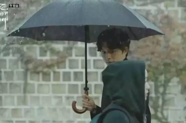 一个女人拿一把伞_《鬼怪》女主穷得连把伞都买不起,却穿800块的卫衣?