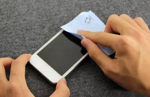 3.用乾布把整隻手機擦乾!