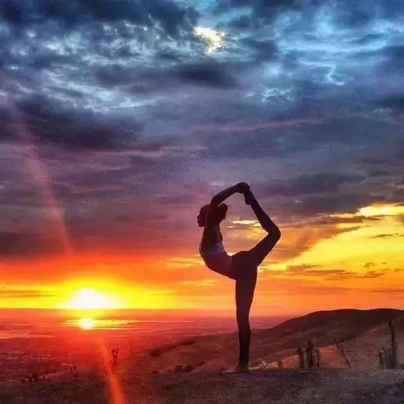 夕陽下的瑜伽舞者圖片