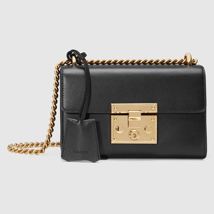 532f13ded15a 这款包之所以叫Padlock,是因为包身正面金属色的钥匙锁扣开关,而这枚锁扣也是整个包包最亮眼的设计。Padlock包包的线条十分利落简单,没有任何多余元素,图中这款黑金  ...