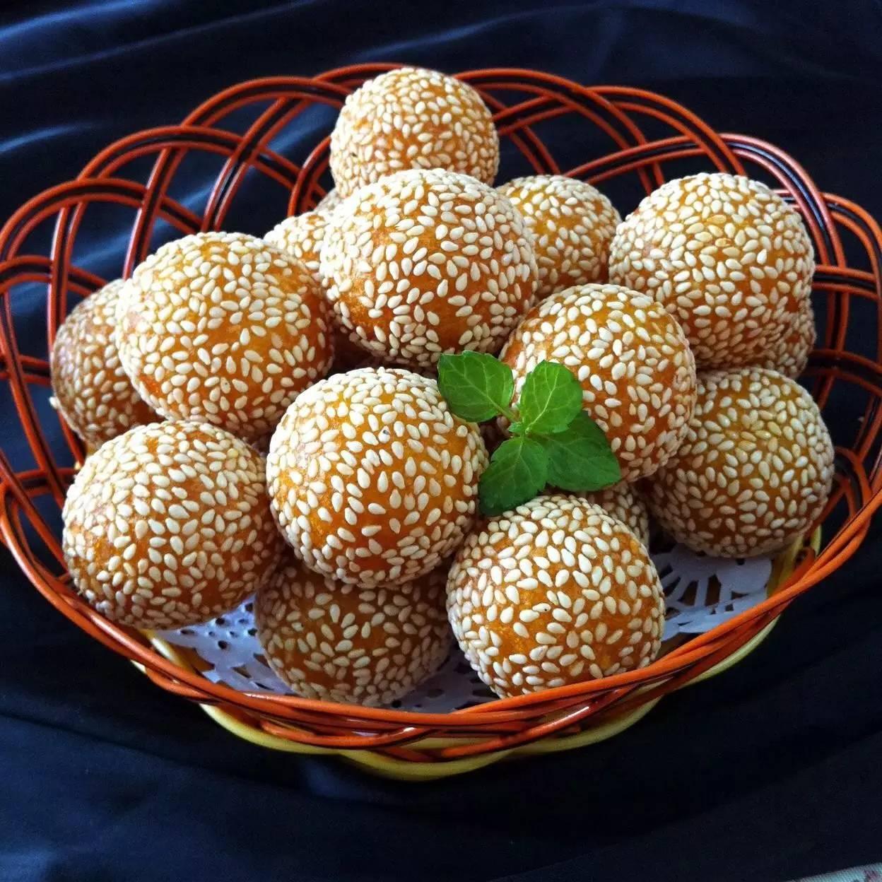 炸糯米球_正文  蒸制过的南瓜有着清甜香味,与糯米粉揉成团,搓成一个个小球,滚