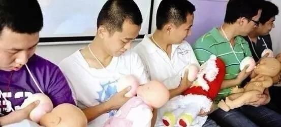 老婆不在家男人看的_妈妈不在家时,爸爸是这样喂奶的,简直有!