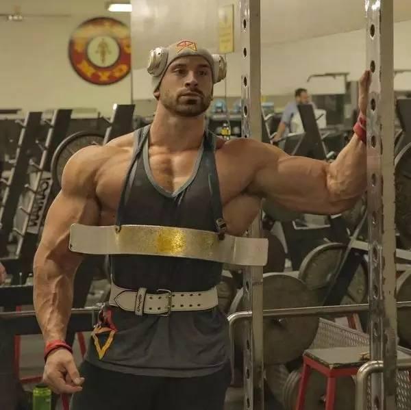 官场撸_当这个肌肉男开始撸铁,你才知道他为何叫小力王!