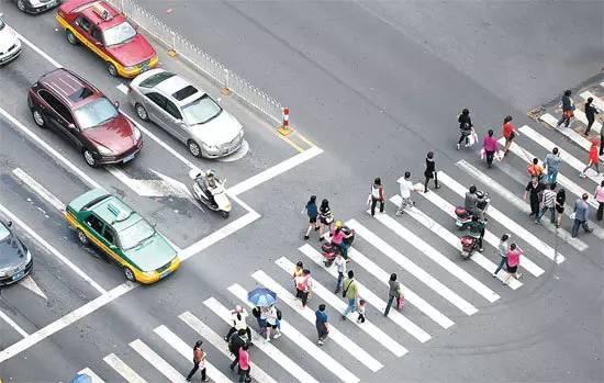 53%的致人死亡交通事故是由行人和非机动车过马路闯红灯引起的,这