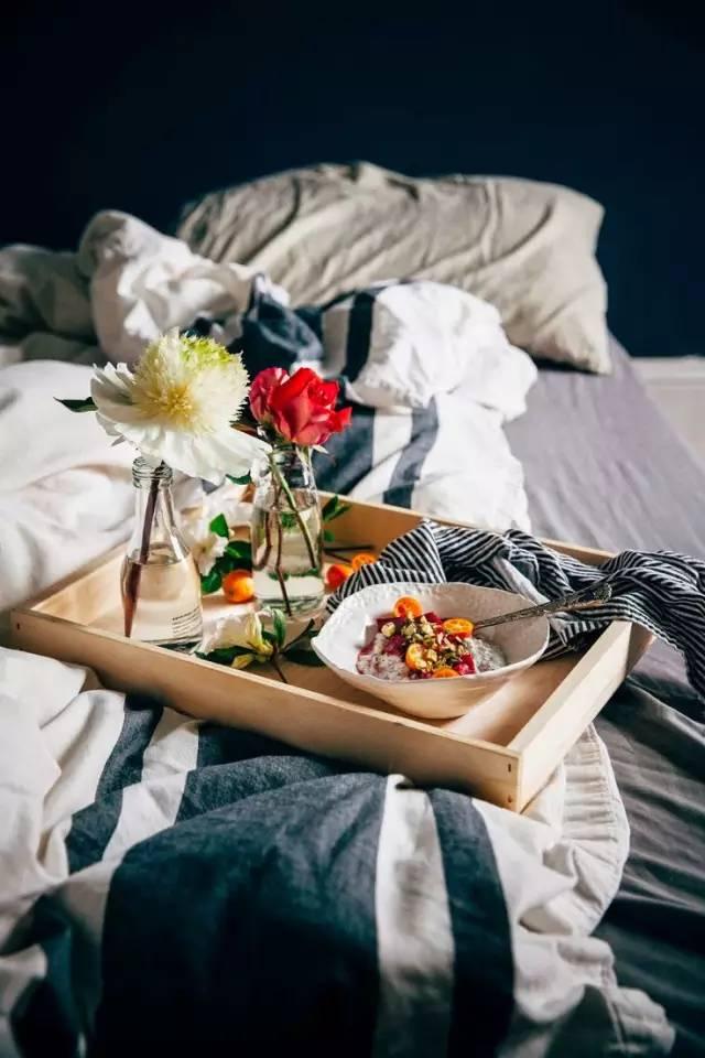 木头人囹�a_爱在床上吃早餐的英国妇女是不是懒癌发作?
