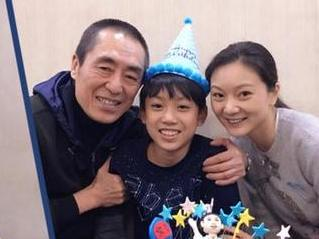 张艺谋夫妻为二儿子庆生戴生日帽三人亲密合影