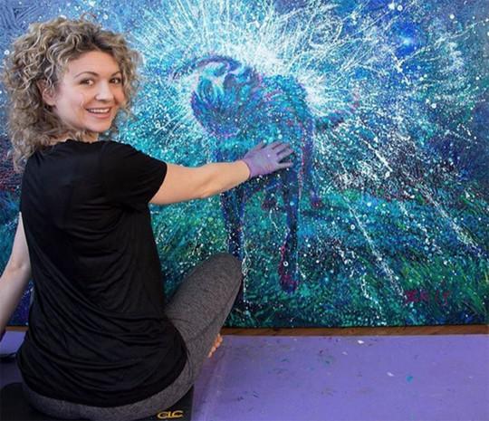 美女用手指抠逼_一个用手指画画的美女油画家,画风有多清奇?