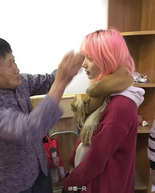 撸妈色_留粉红色头发是什么体验?