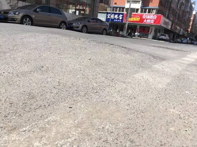 如皋文峰北边丰乐街路面高低不平,坑坑洼洼,过往车辆小心底盘受损