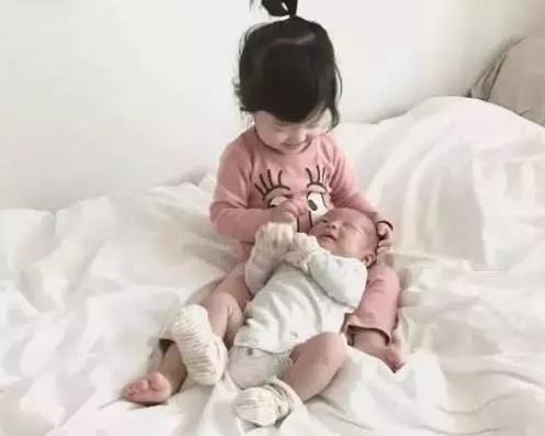 小姐喂奶_超暖二胎!小姐姐2岁开始给弟弟喂奶洗澡换尿布!