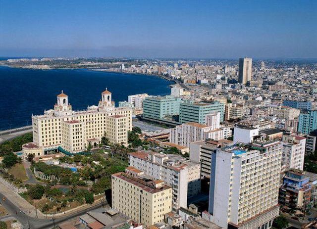 开放的外国人在海滩_让游客直呼受不了!去古巴旅游 穿着暴露美女遍布大街小巷