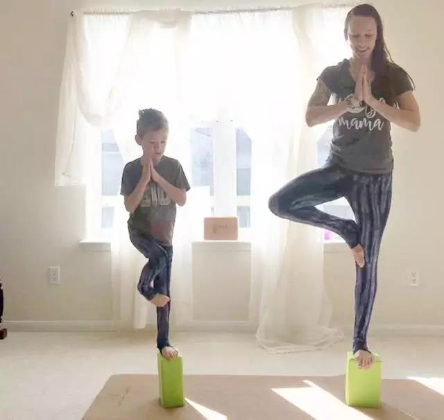 30歲辣媽的瑜伽喂奶照,震撼了世界各國的媽媽們圖片