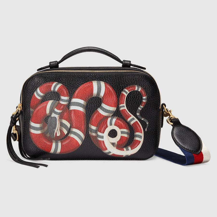 eb0e5277cf65 这款小号手袋是时下流行的相机包size,真皮包身上配有盘蜷的珊瑚蛇图案,象征智慧和力量,而蛇也是Gucci最具辨识性的元素之一。这款相机包是双拉链设计,前后两侧各有  ...