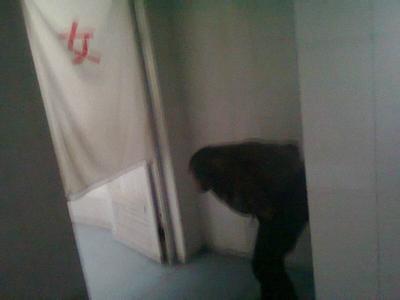 谁有偷拍厕所网站_某网红偷窥女厕被拘 被抓后泪流满面称一时冲动