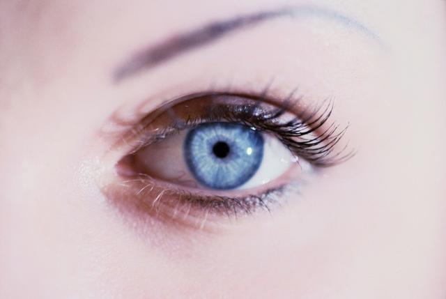 总感觉眼睛里有异物_眼睛干涩、视物模糊,它逃不了干系,一个穴位搞定