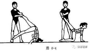 1)技術要領 折體直腿向后坐,舉腿翻臀速滾翻; 翻掌肩上快推手,收腹屈圖片
