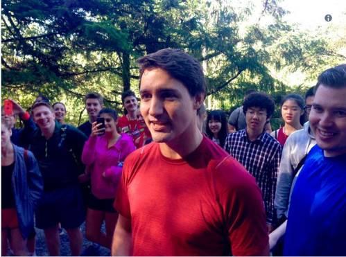 """帅哥被�_加拿大帅哥又""""乱入""""别人照片了!这次是被这群人当场抓住~"""
