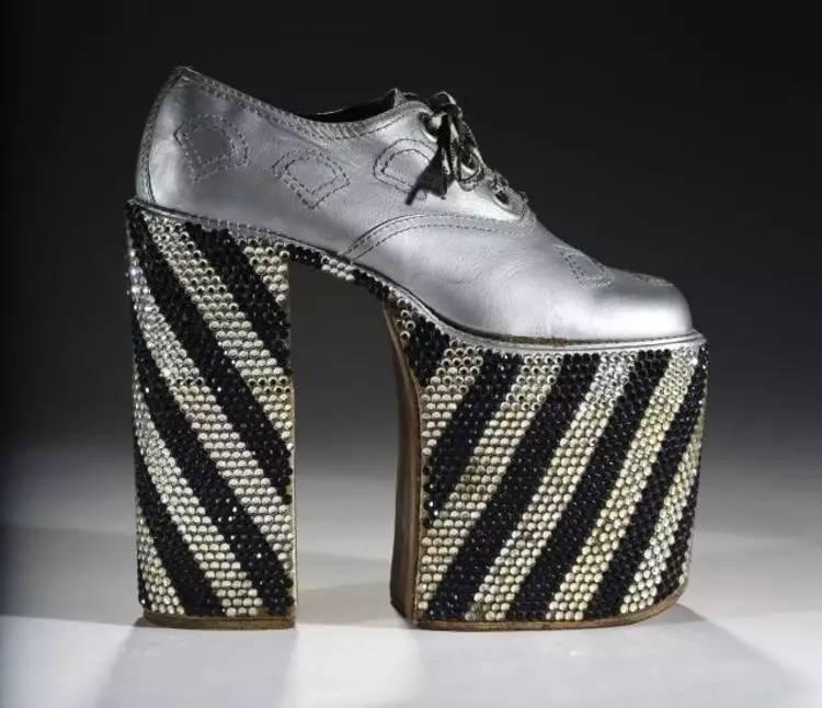 不過隨著人們的時尚觀念越來越開放大膽,相信在未來的某天男士高跟鞋圖片