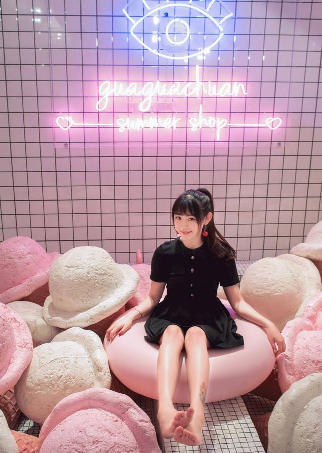 亚洲撸撸少女_去少女心爆棚的网红店撸一次串