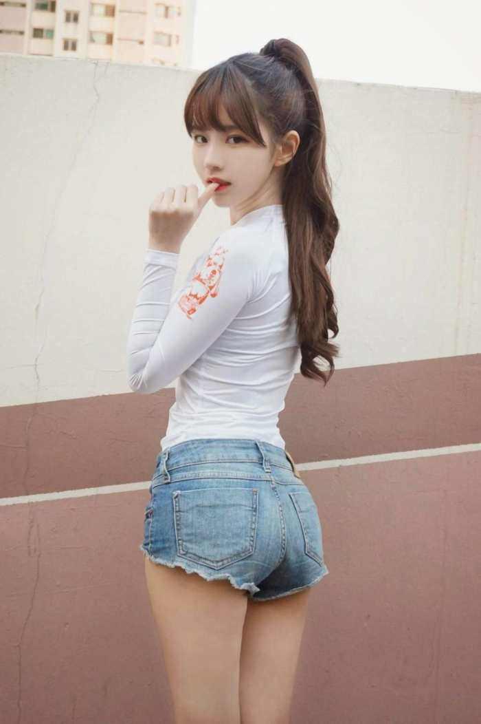 女孩穿超短裤_夏天女人穿紧身短裤,塑造大长腿凸显性感小蛮腰