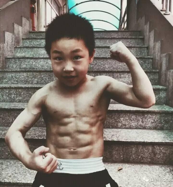 七岁男孩练出8块腹肌,猛男们瞬间被碾压 网络热点 第4张