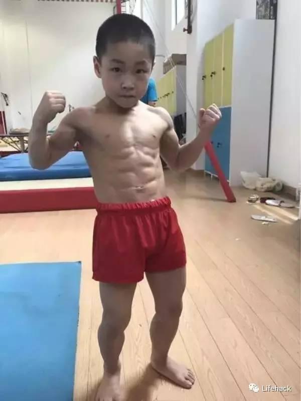 七岁男孩练出8块腹肌,猛男们瞬间被碾压 网络热点 第1张