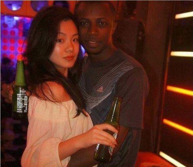 黑人乳吧_地球最具摧毁力的黑人拳王,加入中国籍,迎娶中国白富美,拥有两个混血
