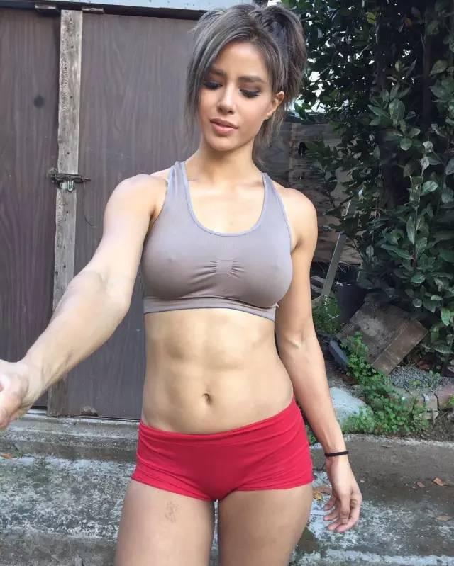 撸流人_她28岁撸铁练肌肉,大腿粗到爆,却让男人疯狂舔屏!