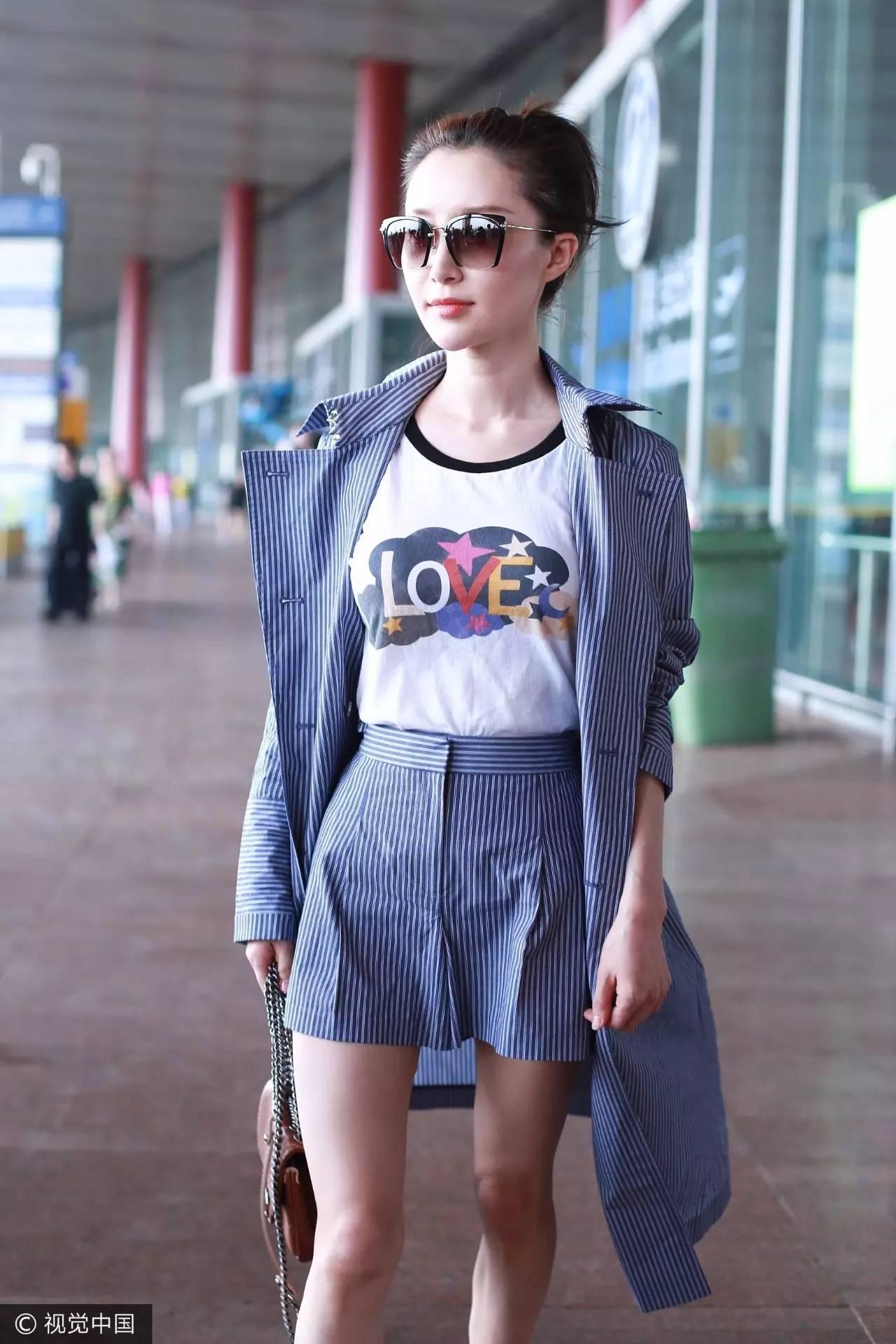 白t恤牛仔裤帆布鞋_今年夏天最时髦的T恤长什么样?