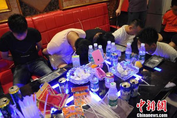 广州警方捣毁_广州警方捣毁藏在一楼顶的特大吸毒窝点:只接熟客,提供毒品