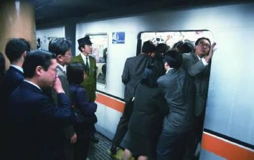日本地铁_拥挤的日本地铁上\
