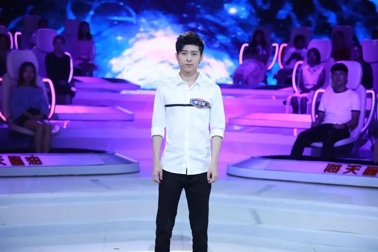 王照宇身姿挺拔,一身西裝干凈帥氣,據介紹,他剛獲得北京高校辯論賽圖片