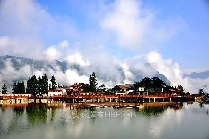 7月20日,恩施市红土乡稻池村,黄堰塘水库和蓝天白云,特色民居融为一体
