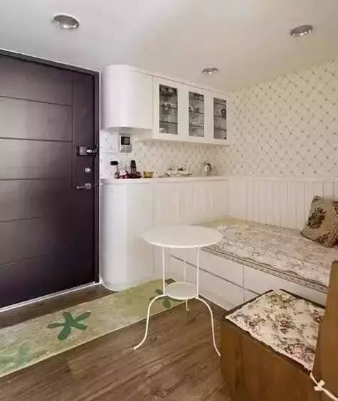 餐廳和客廳合為一體,卡座沙發的設計, 讓收納更加的充足,邊上的柜子圖片