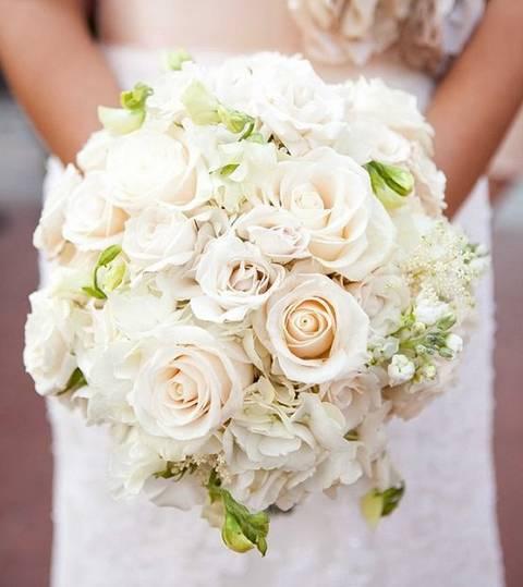 新娘手捧花_时尚 正文  白色是代表纯净甜美的颜色,白色新娘手捧花远远看上去就有