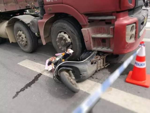 如东掘港中学东发生一起车祸,一人被挂车碾压致死.